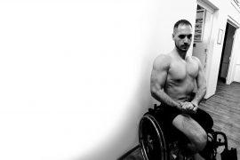 Marek Roscher sitzt in einem Rollstuhl.