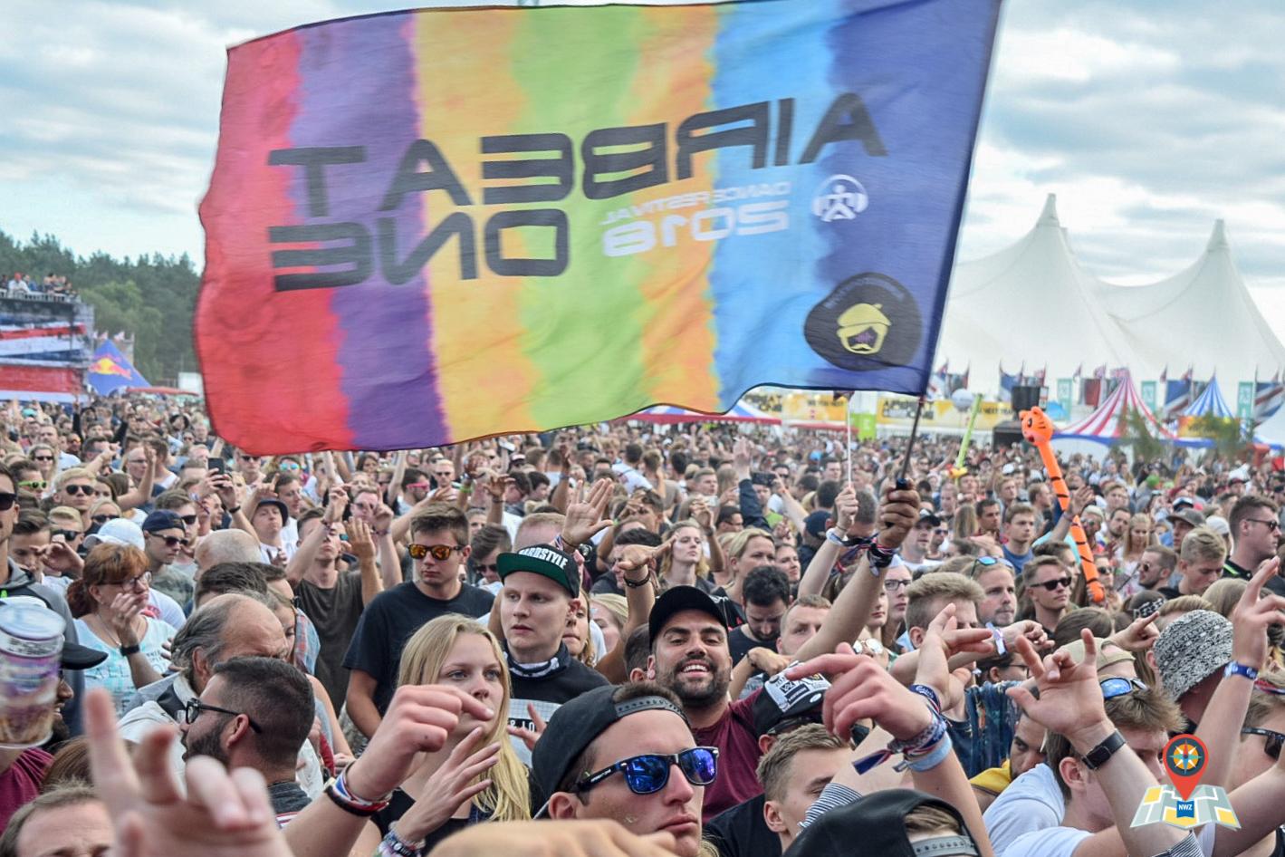 """Ein Besucher schwenkt vor der Mainstage eine Flagge mit der Aufschrift """"Airbeat One 2018"""". (Bild: Chelsy Haß)"""