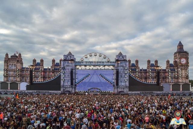 """Die Mainstage des Airbeat One 2018 stellte unter anderem den Big Ben, die Tower Brigde und das London Eye dar – getreu dem Motto """"Great Britain"""". (Bild: Chelsy Haß)"""