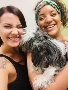 Emily (links) mit Kaya Mitchell und ihrer Hündin Amy (Foto: Emily Zimmermann)
