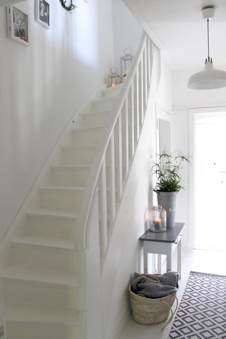 Der Flur und die Treppe nach der Umgestaltung (Bild: Brittabloggt.de)