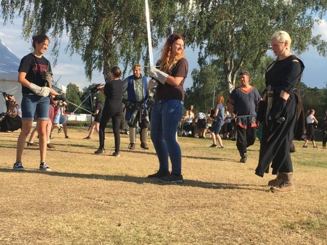 Besucher konnten sich am Schwertkampf versuchen... (Bild: Verena Sieling)