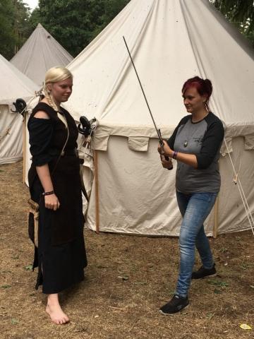...und auch ich habe das Schwert zusammen mit Show-Schwertkämpferin Mariska geschwungen. (Bild: Verena Sieling)