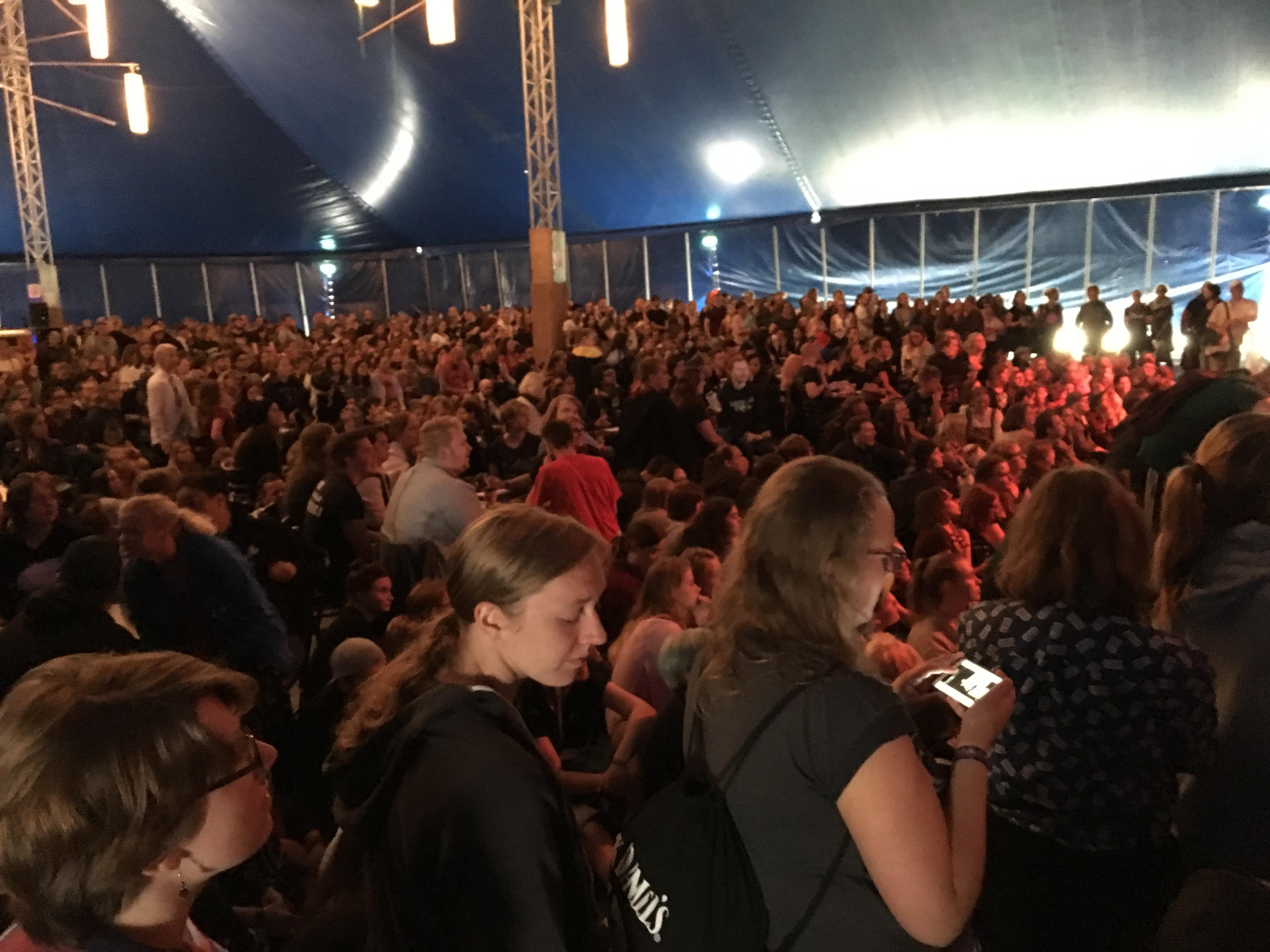 Beim Filmquiz war das Zelt voll. (Bild: Verena Sieling)