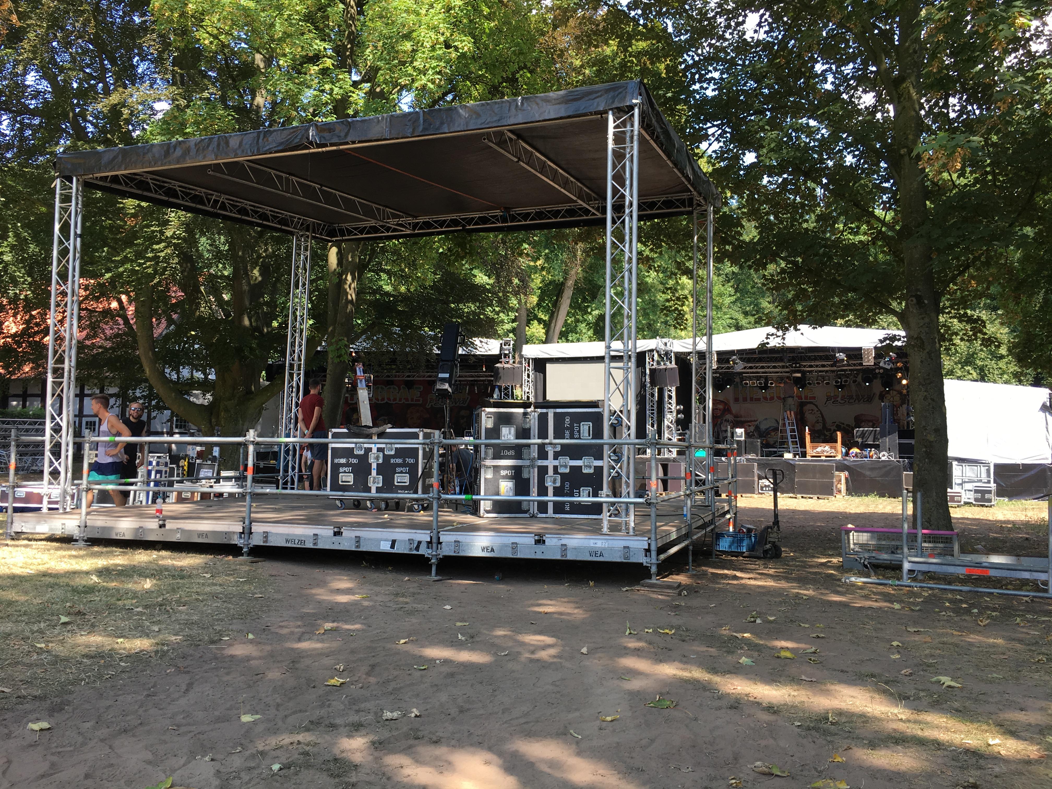 Reggae Jam 2018: Bühnenaufbau im Klosterpark (Bild: Wolfgang Alexander Meyer)