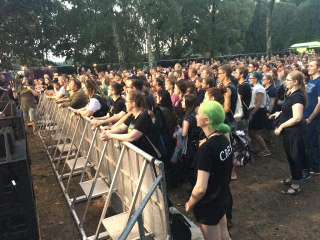 """Fans warten auf """"Fiddler's Green"""". (Bild: Verena Sieling)"""