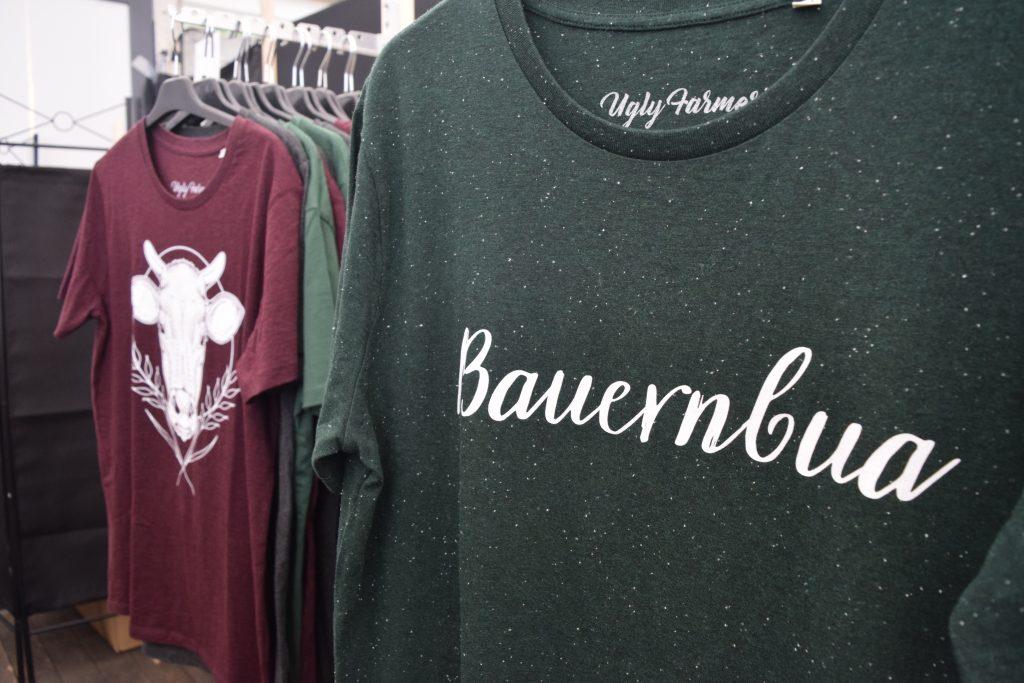 In sieben verschiedenen Designs gibt es die Kleidung von Ugly Farmer mittlerweile. (Bild: Chelsy Haß)