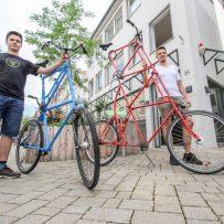 Bero (links) und Frederik mit ihren Tallbikes. (Bild: Claus Hock)