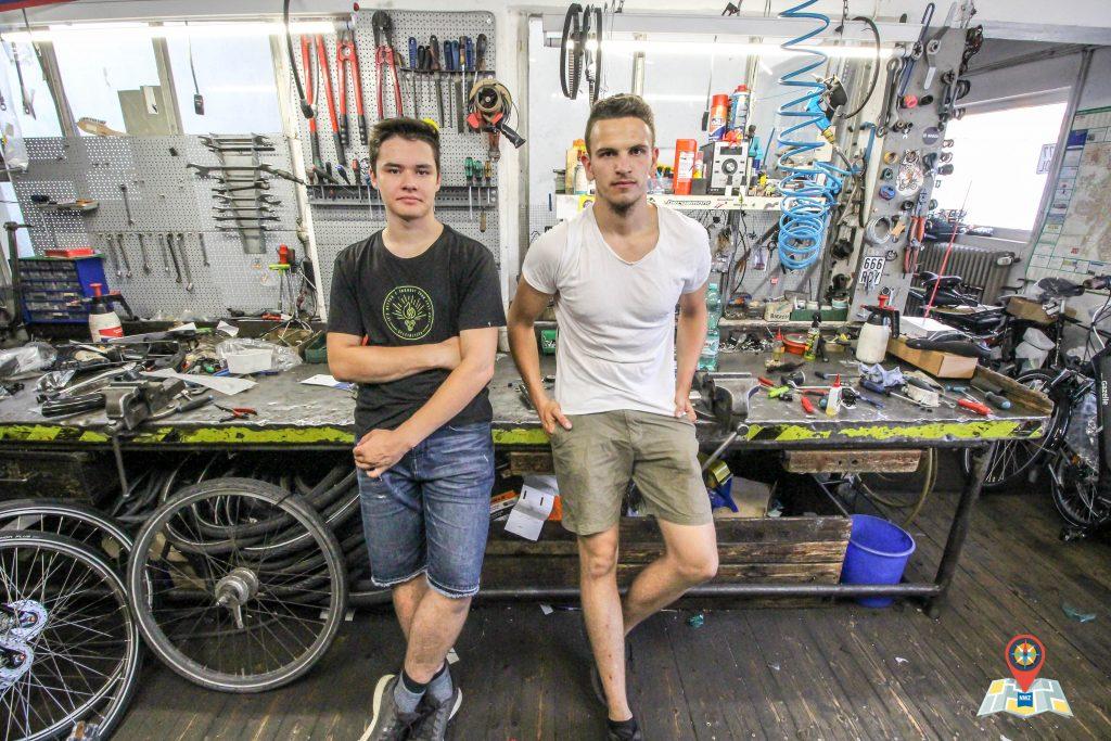 Bero (links) und Frederik in der Fahrradwerkstatt von Vosgerau am Damm. (Bild: Claus Hock)