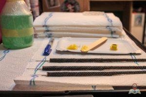 Zum Tätowieren nutzt Dennis Nadeln mit verschiedener Stärke. So werden auch die Punkte unterschiedlich groß (Foto: Tonia Hysky)