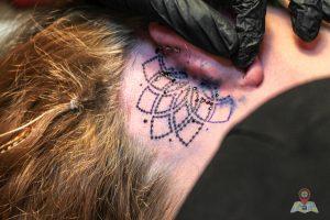 Bevor das Tattoo unter die Haut kommt, bringt Dennis das Motiv mit einer Blaupause auf. (Foto: Tonia Hysky)