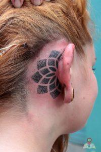 Fertig: So sieht das fertige Tattoo hinter dem Ohr aus (Foto: Tonia Hysky)