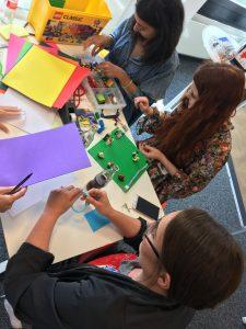 Influencer bei der Arbeit: Kostantia, Fee und Jaqueline toben sich beim Prototyping aus. (Foto: Manuela Wolbers)