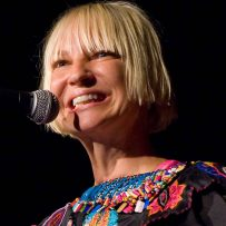 Sia (Foto: Kirk Stauffer, CC BY-SA 3.0, Link)