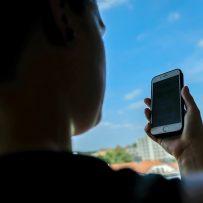 Eine Frau schaut auf ihr Handy (Symbolbild). Eine Brazilian-Jiu-Jitsu-Kämpferin aus Oldenburg hat von einem hochrangigen Ausbilder, einem sogenannten Blackbelt, anzügliche Nachrichten erhalten. Bild: Christian J. Ahlers