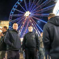 Zwei Feuerwehrleute auf dem rodenkircher Markt