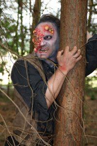 Im Wald treffen die Besucher auf verfluchte Gestalten (Foto: Michelle Claaßen)