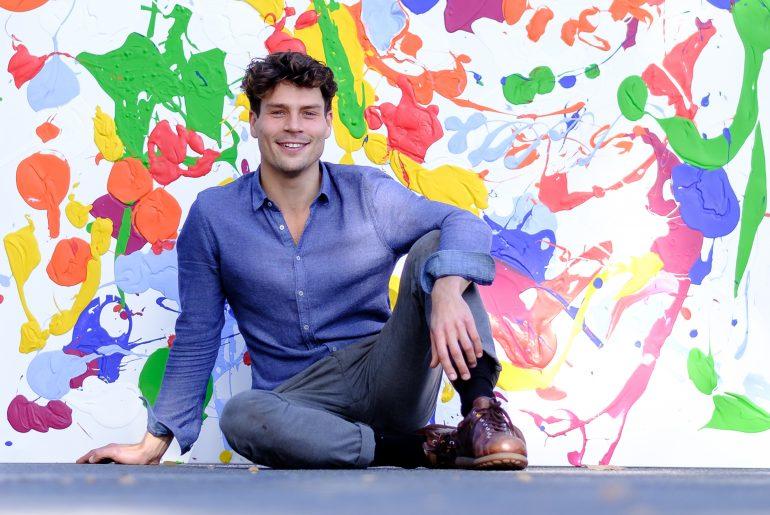 Fynn Klün vor einem seiner Kunstwerke. (Bild: Christian J. Ahlers)