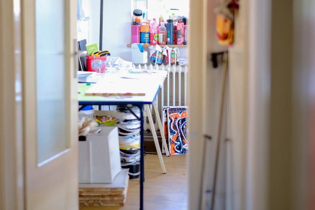 Überall in Fynns Wohnung stehen Farben, Leinwände und andere Malutensilien. (Bild: Christian J. Ahlers)