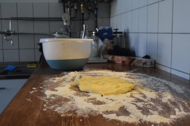 Bevor Kekse ausgestochen werden können, musss der Teig mit reichlich Mehl ausgerollt werden. (Bild: Chelsy Haß)